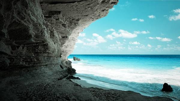 11.切り立った崖の間から見える海岸の風景を撮影した写真壁紙画像