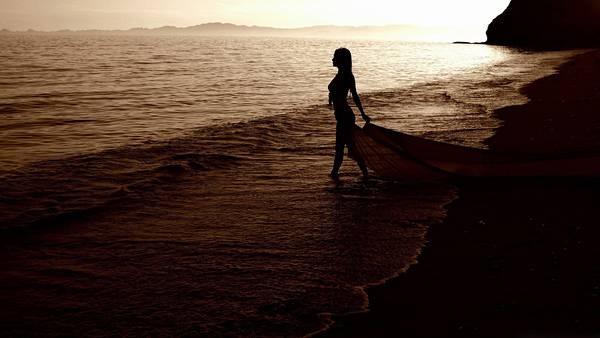 12.海岸を歩く女性を逆行のシルエットで撮影した写真壁紙画像