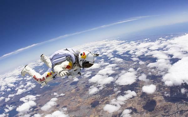 02.雲と青空とスカイダイビングの綺麗な写真壁紙画像