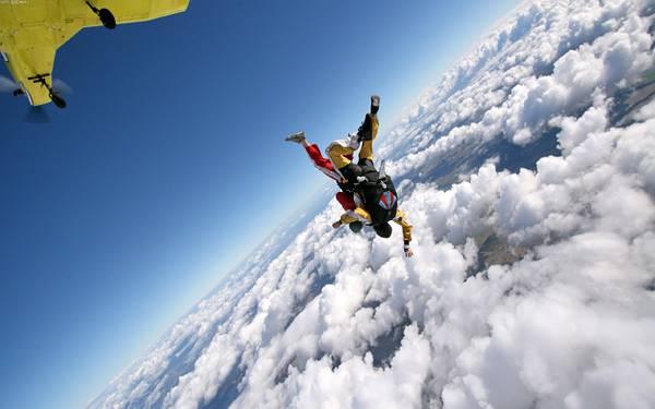 06.逆さまになって雲の中に飛び込んでいくスカイダイバーの写真壁紙画像