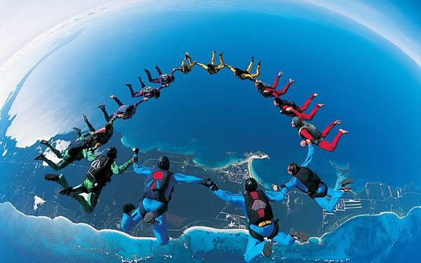 07.みんなで手を繋いで輪になるスカイダイバー達の写真壁紙画像