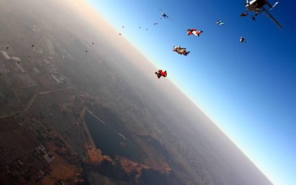 09.次々と飛び降りるスカイダイバー達と美しい地平線の写真壁紙画像
