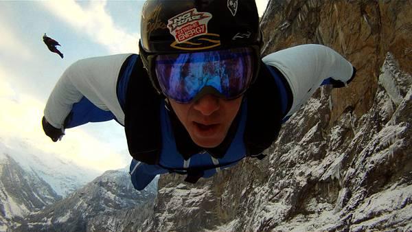 11.落下中のスカイダイバーの顔をアップで撮影した写真壁紙画像