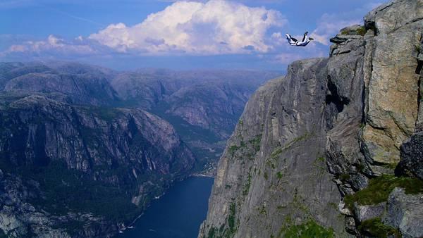 12.切り立った崖から飛び降りるダイバーの爽快な写真壁紙画像