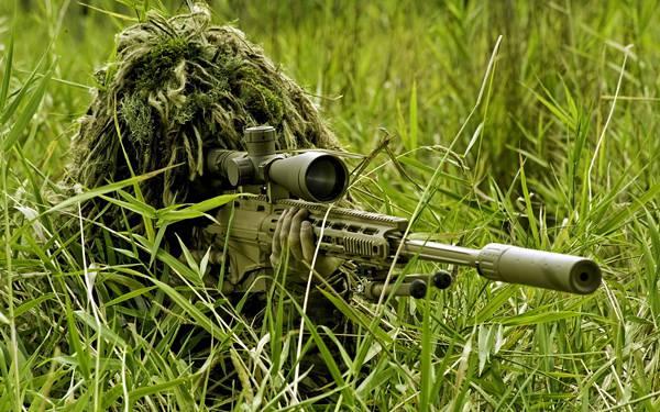 05.草木にカモフラージュしてライフルを構えるスナイパーの写真壁紙画像