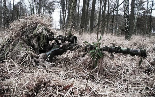 06.草の中から狙撃するスナイパーのかっこいい写真壁紙画像