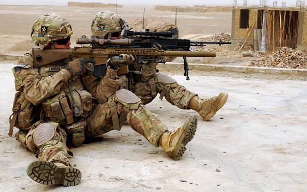 08.地面に座ってライフルを構える二人の兵士のかっこいい写真壁紙画像