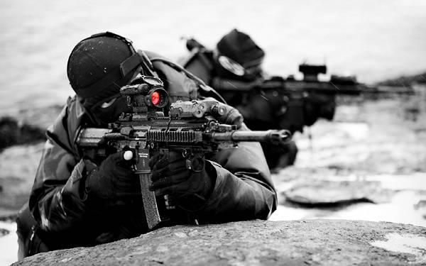 10.マシンガンを構える狙撃手のモノクロ写真壁紙画像