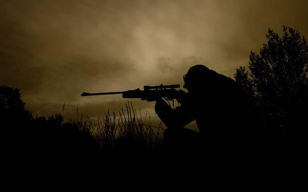 12.森の中の狙撃手をシルエットで撮影したクールな写真壁紙画像