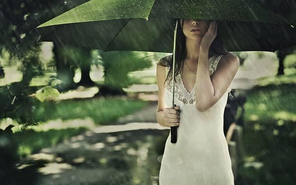 01.グリーンの傘をさした雨の中の女性を撮影した美しい写真壁紙画像