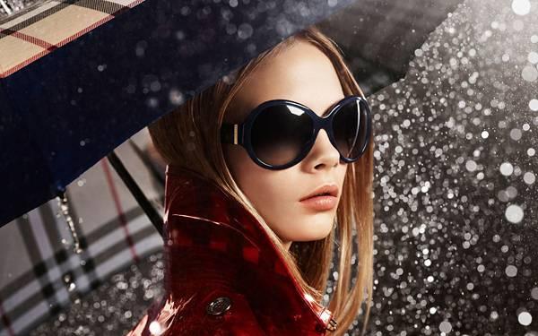 03.輝く雨粒とサングラスをかけた女性のおしゃれな写真壁紙画像