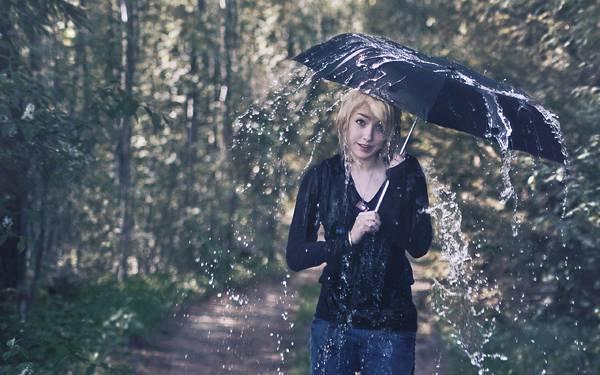 04.雨傘をさした女性と水しぶきをデザインした綺麗な写真壁紙画像