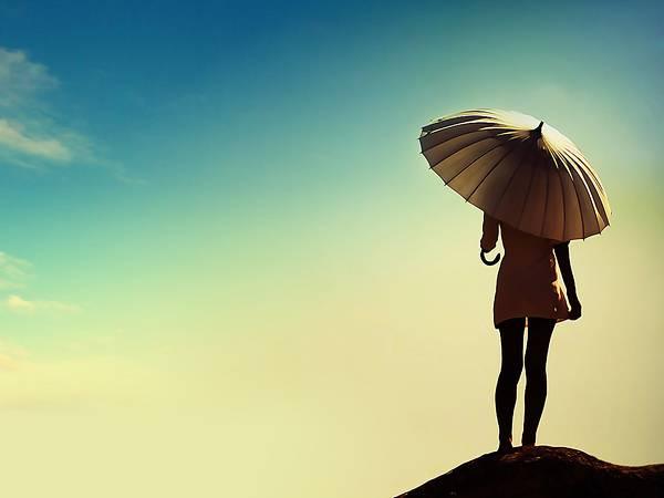05.青空と傘をさした女性の後姿をデザイン綺麗な写真壁紙画像