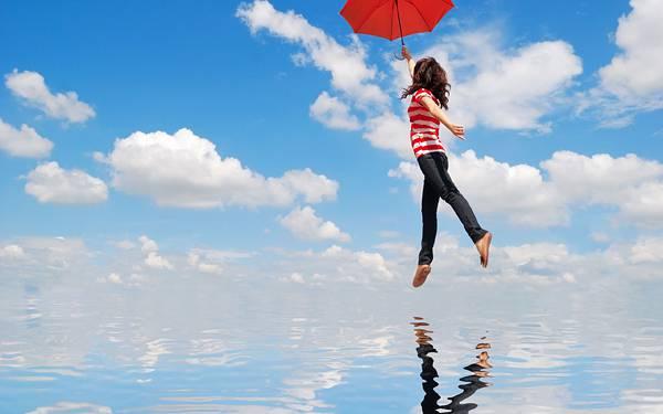 06.傘で青空に飛ぶ女性とそれを映し出す湖の綺麗な写真壁紙画像
