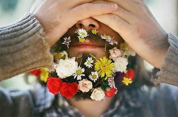 口髭を花で飾ってみた男たちの美しい写真 - 02