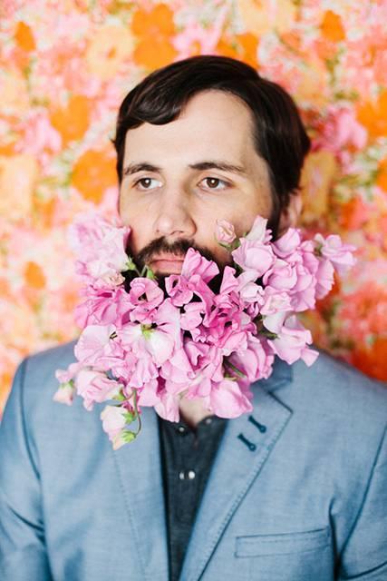 口髭を花で飾ってみた男たちの美しい写真 - 04