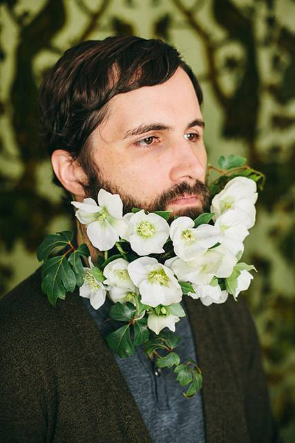 口髭を花で飾ってみた男たちの美しい写真 - 05