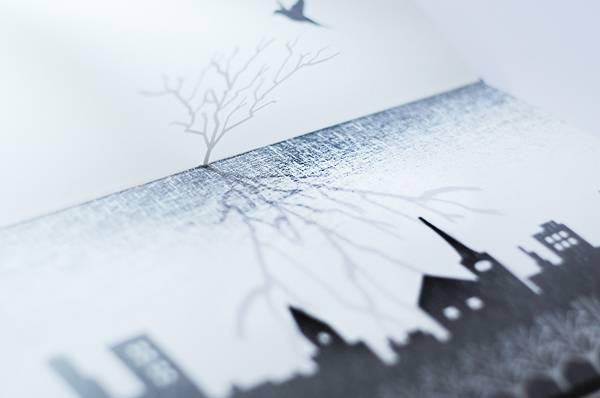 鳥の止まる木が、次のページでは夜空に鳴り響く雷に。