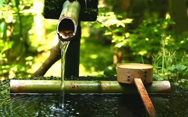 10.竹の柄杓の置いてある手水舎を撮影した風情のある写真壁紙画像