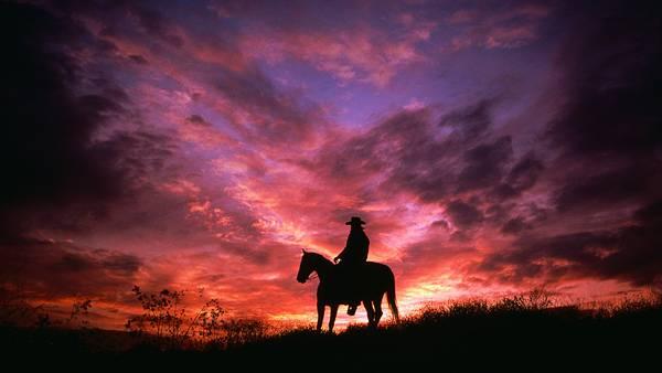 07.夕暮れの中のカウボーイのシルエットを撮影したカッコイイ写真壁紙画像