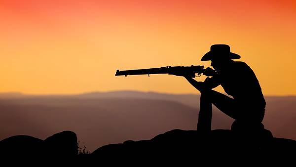 08.ライフルを構えるカウボーイをシルエットで撮影した写真壁紙画像