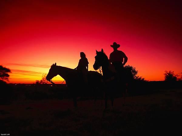 12.夕日の中で馬に乗った男性と女性を撮影した美しい写真壁紙画像