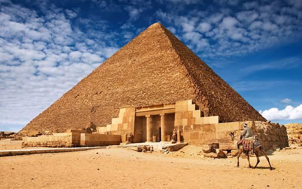 05.青空の下のピラミッドとラクダを撮影した写真壁紙画像