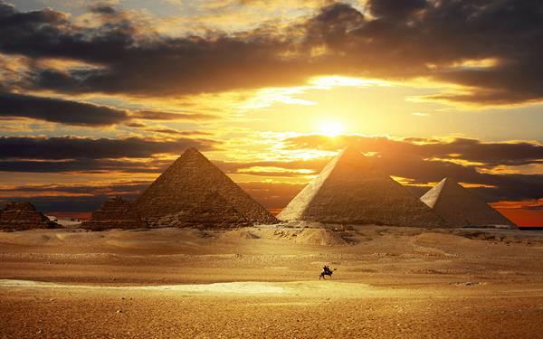 06.沈む夕日とピラミッドと砂漠を撮影した美しい写真壁紙画像