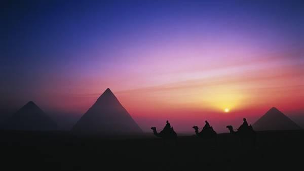 07.エジプトのピラミッドとラクダの影を撮影した美しい写真壁紙画像