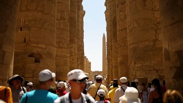 08.エジプトの遺跡を訪れる観光客達を撮影した写真壁紙画像