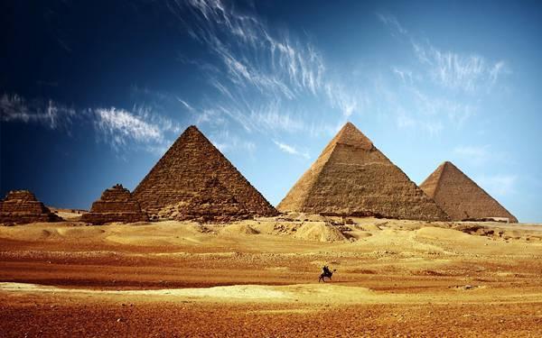 09.エジプトのピラミッドと砂漠のラクダを撮影した綺麗な写真壁紙画像