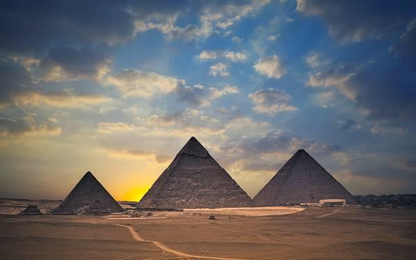 10.夕暮れの3つのピラミッドを撮影した美しい写真壁紙画像