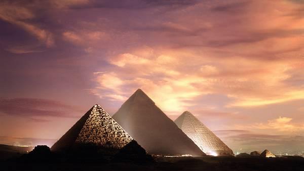 11.ライトアップされた夜のピラミッドの綺麗な写真壁紙画像