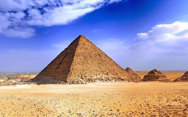 12.青空の下の砂漠とピラミッドの綺麗な写真壁紙画像