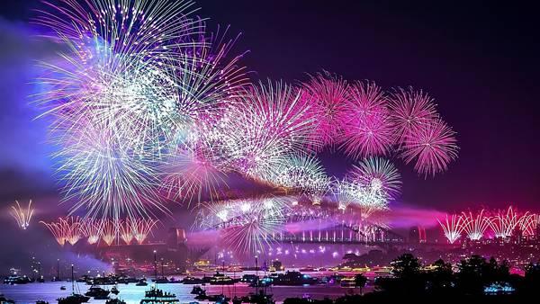02.川辺の花火大会を撮影した美しい写真壁紙画像