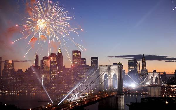 04.橋の上の道路とビル街と花火の美しい写真壁紙画像