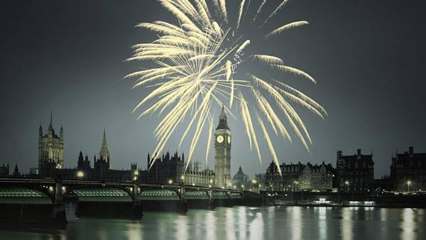 07.ロンドンの時計台と夜空の花火を撮影したカッコイイ写真壁紙画像