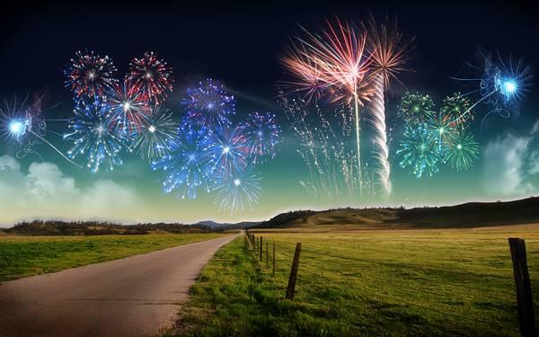 08.まっすぐに続く道と夜空の花火の綺麗な写真壁紙画像