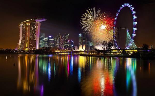09.海に写った夜景と花火の美しい写真壁紙画像