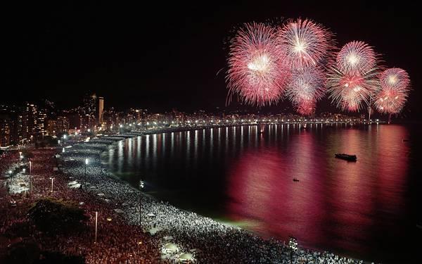 11.海岸の風景と向こうに見える打ち上げ花火の綺麗な写真壁紙画像