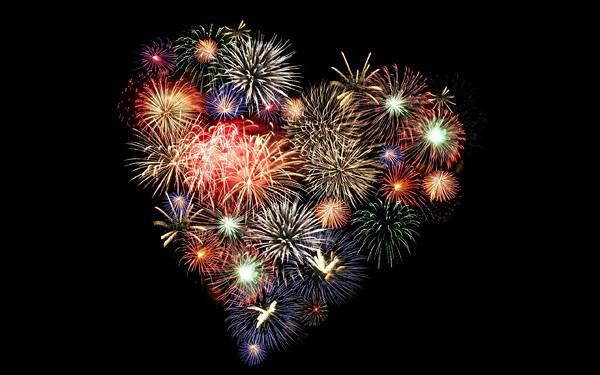 12.ハート型の打ち上げ花火を撮影した綺麗な写真壁紙画像