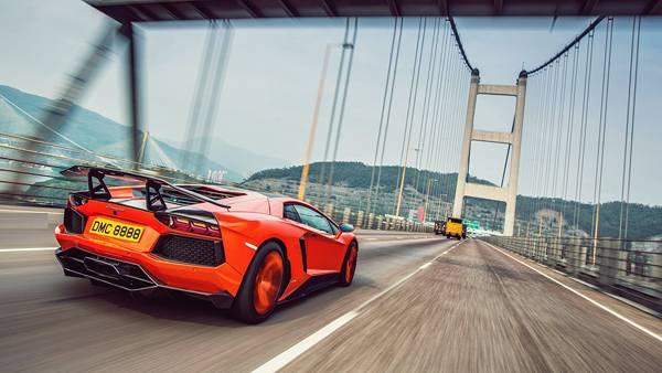 03.吊り橋の高速道路を走る車を撮影したスピード感のある写真壁紙