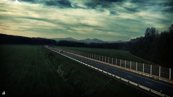 04.緑の中の高速道路を撮影した清々しい写真壁紙画像