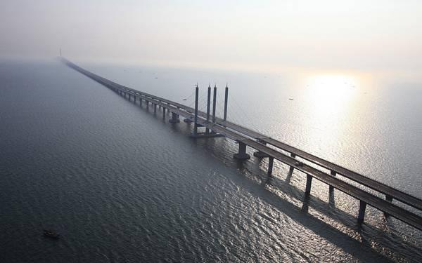 05.海の上をどこまでも続く高速道路の美しい写真壁紙画像