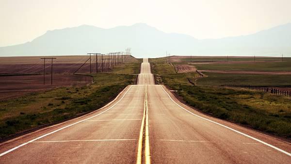 09.アップダウンの激しい高速道路を正面から撮影した写真壁紙画像