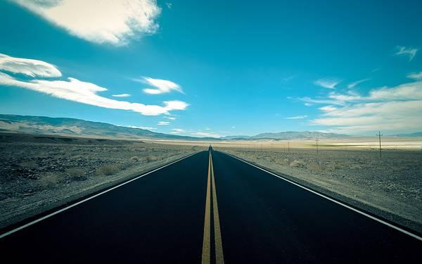 11.荒野の高速道路を青い色調で撮影したクールな写真壁紙画像