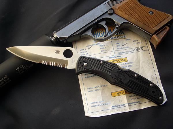 05.拳銃とナイフを並べて撮影した写真壁紙画像