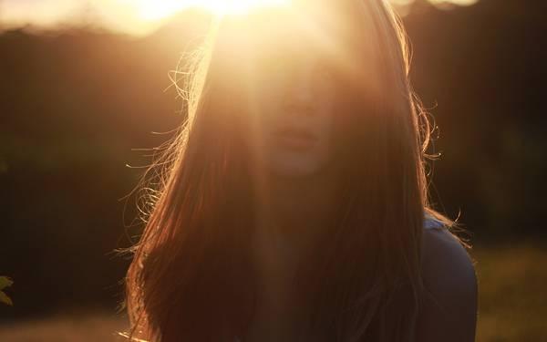 01.逆光の中の女性を撮影した美しい写真壁紙画像