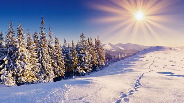 05.雪山を照らす太陽から伸びる光の筋の美しい写真壁紙画像