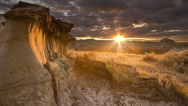 07.切り立った岩肌と沈む夕日の美しい写真壁紙画像
